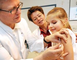 Прививка от дифтерии: график вакцинации для детей и взрослых, противопоказания и осложнения