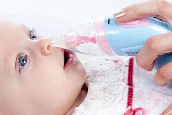 Как почистить нос новорожденному от соплей, применяя специальные средства и приспособления