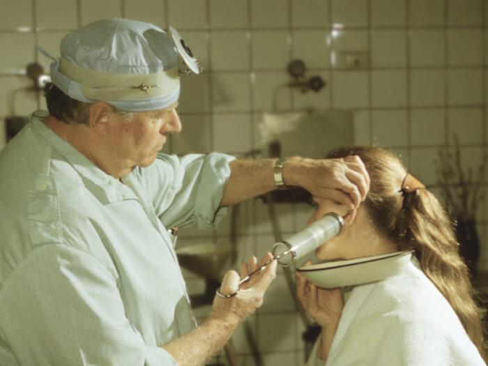 Промывание уха при отите: чем лучше промыть ухо, эффективность применения физиотерапии